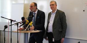 Behcet Barsom (KD), ordförande för varuförsörjningsnämnden, och Tommy Levinsson (S), regionråd för region Västmanland, pratade efter varuförsörjningens möte med media.