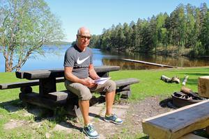 Boije Rosenberg vid bad- och grillplatsen som han och andra närboende anser är hotad av det nya bostadsområdet i Uvbergsviken.