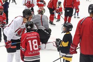 Utöver NA passade flera barn på att ta ett snack med nyförvärvet från AIK.