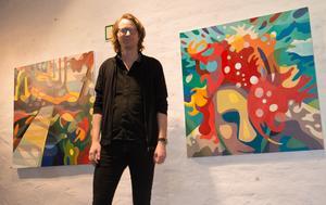 Skogen och vattnet - de två miljöer Lennart Samos rör sig mest i i utställningen hos Galleri Sjögatan sju.
