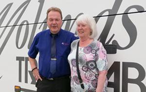 Chauffören Lars ses här tillsammans med Astrid Eriksson, som planerat resan för 80-plussarna. Foto: Ulla Deutschmann