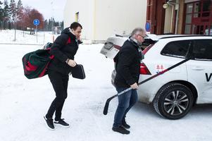Sportchefen Kent Norberg hämtade på flygplatsen och hjälpte Nässén med att bära klubban in i arenan.