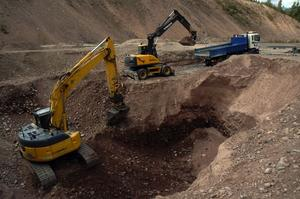 Maskiner. Det krävdes två grävmaskiner igår för att lyfta upp de giftiga grusmassorna i två steg för att sedan skickas iväg till Säters före detta soptipp där det deponeras tillfälligt.