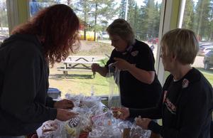 Här förbereder volontärer godispåsar till barnen. – Om inte de fanns skulle det här inte gå, säger Micael Larsson.