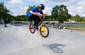 Didrik Eriksson, 15, bor i Västerås och är i Sandviken för att hälsa på släktingar. Han passar då på att åka BMX- cykel i den nya skateparken på Jernvallen.