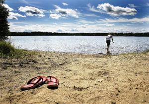 Badplatsen i Segersjön består av flera små badvikar och två badbryggor. Den ligger ungefär 15 kilometer väster om Sundsvall, cirka tio minuters bilfärd på grusväg från väg 86 vid Bergsåker.