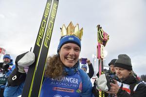 Hanna Öberg har fått en symbolisk krona på sig efter VM-guldet i Östersund. Foto: TT/Jessica Gow