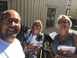 Victor Estby, Säffles bibliotekschef Maria Persson och Säffles kulturchef Katarina Kristoffersson vid ett bokskåp utanför Dalslands nordiska litteraturhus i Åmål. Pressbild.