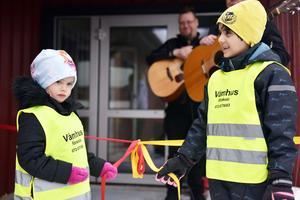 Agnes Engström och Mohamad Bakir fick äran att dra isär detta band och därmed var förskolan officiellt invigd.