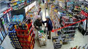 Övervakningskameror i matbutikerna har fångat hur stöldtrion vilseleder äldre kunder, medan deras plånböcker stjäls på sidan om. Foto: Polisens förundersökning