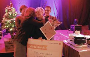 Stämningsfullt var det under prisutdelningen. Ljusnarbergs kommun delade tillsammans med Näringslivsrådet ut priset Årets Entreprenör till Stjernfors Mekaniska. Maria Jansson Hellström tar emot gratulationer.