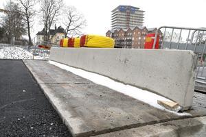 Ett nytt, förhöjt övergångsställe med gatsten som återanvänts från hamnen, går över Roslagsgatan till Kärleksparken.
