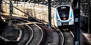 Resenärer med pendeltåg hänvisas till buss och tunnelbana.