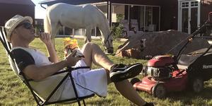 Tog upp sonens häst till trädgården när gräsklipparen gick sönder, då passade jag på att koppla av i solen istället. Foto: Tina Hagelbäck