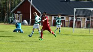 Aram Al-Jaf jublar efter ett mål i en tidigare match. Arkivbild.