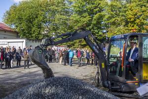 John-Erik Jansson (C), kommunalråd, fick lyfta grus med grävskopan som det traditionella första spadtaget.