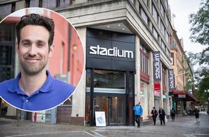 Aljoša Lagumdžija, centrumchef för Södertälje centrumförening, tycker det är tråkigt att Stadium försvinner – men har en plan för att locka fler nya butiker, med hjälp av fastighetsägarna.Foto: Karolina Önnebro och Monika N Lysell