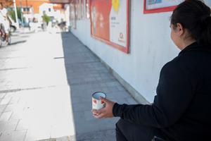 """Så länge det finns en """"marknad"""" för att sitta och tigga utanför butiker i Sverige, så kommer en stor mängd människor tvingas till att göra just detta, skriver fyra sverigedemokrater. Foto: Björn Lindgren, TT."""