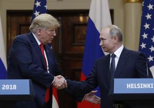 USA:s president Donald Trump möter Rysslands president Vladimir Putin. Insändarskribenten menar att USA kommer undan med sina försök att påverka andra länders inrikespolitik medan Ryssland hela tiden kritiseras.