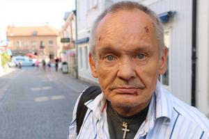 Micke Adermalm har varit hemlös sedan tidigt 80-tal. han drömmer om en liten stuga i Roslagen där han kan vila och komma bort från den hårda verkligheten i Stockholms innerstad.