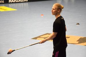 Casper Backby trixar med bollen under en träning inför semifinalen mot Linköping.