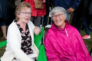 """Birgitta Larsson och Ella Fagerberg var väl förberedda för regnet och var även på förra årets Önskekonsert. – Det är en helt fantastisk orkester vi har här i Örebro. Bobbie Ericsons """"Utskärgård"""" är nog favoriten."""
