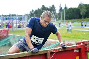 Pär Vesterlund på väg upp ur leran.