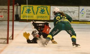 Här blir det mål. Här gör Angelica Östlund sitt tredje mål efter att ha skrinnat ifrån Söråkerförsvaret och lurat ned målvakten. Bild: LARSGÖRAN SVENSSON