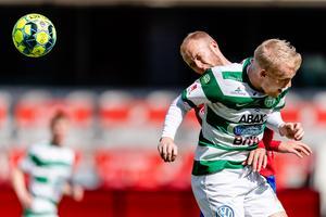 Simon Johansson i duell med Östers Christian Ljungberg i söndags.  Foto: Jonas Ljungdahl / BILDBYRÅN / Kod JO / Cop 144