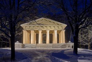Söderfors engelska parks sällsamma grekiska tempel i vinterskrud. Foto: Björn Ullhagen.