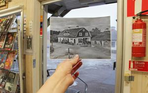 """Om man står inne i butiken på bensinstationen By Centrum Service i Bredgrind i By kyrkby och öppnar dörren blickar man ut mot det som idag är bilverkstaden Roland Norlins Allrep. På bilden syns samma byggnad på 1930- talet, som då huserade ett mejeri. Byggnaden lät byggas 1912, mjölkaffären till höger i bild tillkom 1928. Föreståndare Nils Ulfberg hade all anledning att vara stolt över sin verksamhet och personal – mejeriet befann sig """"på toppen av hygien och noggrannhet"""", står det i en artikel från 1939. Vid en noggrann titt på fotot ser man att distribution och transporter vid den här tiden skedde med både hästskjuts och bil. Mejeriet i Bredgrind var i drift till 1954, därefter har byggnaden haft funktion som bilverkstad."""