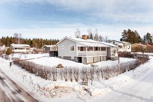 För den som gillar naturen ligger sjön Runn alldeles i närheten av denna villa i Haraldsbo. Stor altan på baksidan samt trädäck på framsidan. Foto: Kristofer Skog.