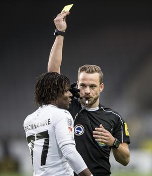 Avstängd fyra matcher. Kennedy Igboananik, som hittills gjort två mål i ÖSK-tröjan, bestraffas hårt för armbågen i ryggen mot AFC Eskilstuna.