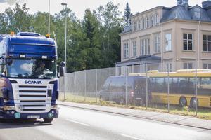 Tung trafik från BillerudKorsnäs kör förbi direkt utanför skolan.