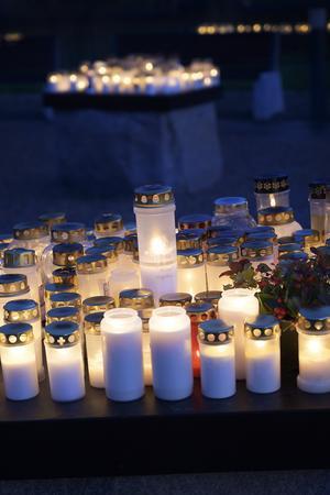Ljusen lyste vackert när mörkret lade sig över minneslunden på Gustav Adolfs kyrkogård.