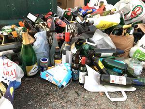 Flaskberget på Ängsgärdet bestod till stor del av vinflaskor, men även tomma alkoholfria alternativflaskor fanns med, allt från Pommac till alkoholfri öl. Detta kan vara resterna efter en nyårsfest.