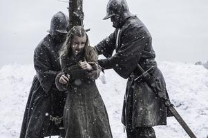 """Dags att bränna ett barn på bål eftersom en röd häxa sagt till hennes far att han då kommer vinna """"Järntronen"""". Foto: HBO via AP"""