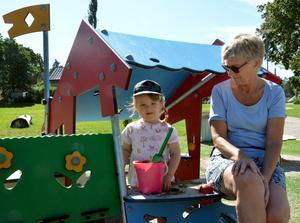 Maria Fast med det treåriga barnbarnet Rut Åkerman.