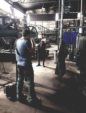 Micke Andersson har fotograferat samtliga musiker vars musik finns med i notboken. Här befinner de sig i fabriken i Gränsfors bruk. Foto: Jesse Ljung