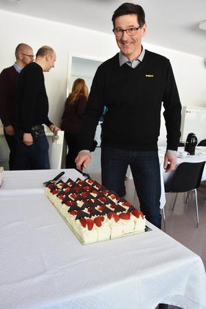Efteråt väntade tårtbilar på att ätas upp i flera lokaler och Engcons ägare Stig Engström tog för sig en av bitarna.