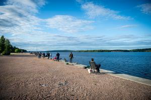 I den sköna kvällssolen passade många på att fiska från kajen.