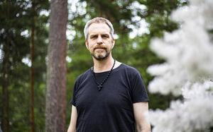 Joachim Elsander är uppvuxen i en kristen familj i Borlänge.
