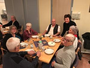 Samling kring bordet där Jolana Björke bjöd på smörgåsar.
