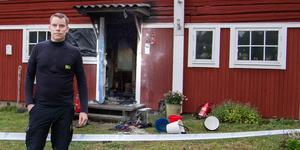 """""""Vi släckte några mindre glödhärdar och rökdykarna fick  bära ut en person ur huset"""", säger Mikael Jakobsson, insatsledare."""