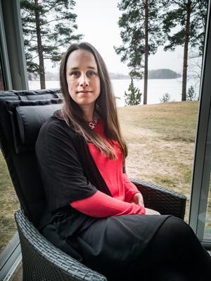 Hanna Nilsson, med författarpseudonymen Annah Nozlin, är aktuell med en ny bok. På lördag kan man träffa henne och fira utgivningen på Gammelgården i Borlänge. Foto: David Asplund