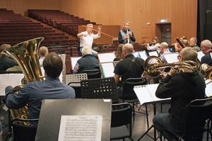 Västerås Stadsmusikkår repeterar inför konserten på Carlforsska gymnasiet under ledning av Leif Karlsson och tillsammans med den berömde sopransaxofonisten Anders Paulsson.