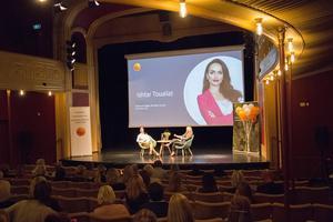 Sara Åhstrand från Sparbanksstiftelsen Söderhamn ställde frågor till Ishtar Touailat.