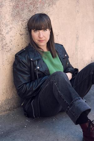 """Sara Giese, regissör och scenograf, jämför """"100 sånger"""" med en riktigt bra låt som förstärker det känsloläge lyssnaren befinner sig i. – Jag tror att det kan bli en omskakande upplevelse, om man slår på den kanalen som publik, säger hon inför lördagens premiär. Foto: Mira Åkerman"""