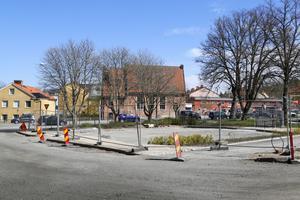 Perenner och träd kommer att försköna platsen där den ombyggda parkeringen vid polishuset ligger i Norrtälje. Förhoppningen är att 15 bilplatser ska finnas till förfogande i slutet av maj.