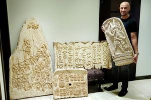 """De stora lertavlorna började Kamil Yacoub med när han kom till Sverige för 20 år sedan. Men innan dess, i Syrien, gjorde han tavlor av tyg och som bestod av upp till hundratals delar. På samma sätt som gamla syrier gjorde: """"De använde sig mycket av färgade broderier och andra handsydda mönster, säger Kamil som nu har ett 40-talet sådana tavlor som väntar på att få ställas ut""""."""